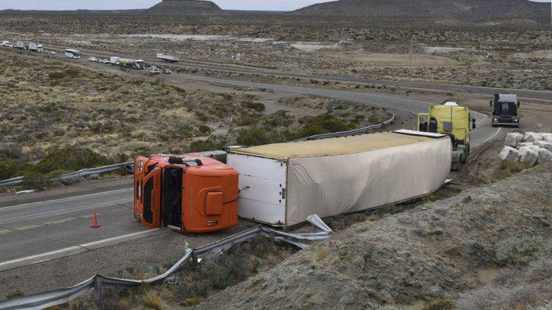El vuelco del camión con el semi cargado con fardos de lana se produjo en la cerrada curva de la Ruta 3 que bordea la Playa Asina.