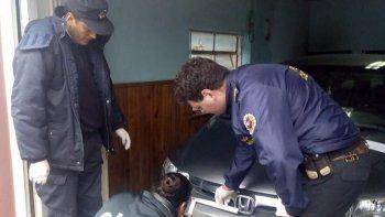 La Policía Científica centró la inspección en el sector guardabarros delantero derecho del Honda Civic que habría atropellado a Jorge Gaitán.