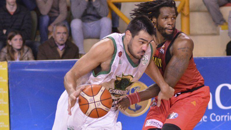Diego Romero ataca al canasto marcado por Jeremiah Wood en el partido jugado anoche en Corrientes. Foto: Prensa San Martín.