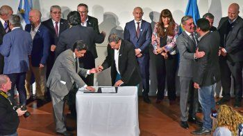 arcioni firmo el convenio del consenso fiscal provincial
