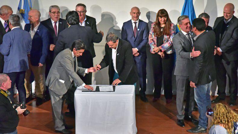 Arcioni firmó el Convenio del Consenso Fiscal Provincial