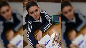 tiene 10 anos y vende sus dibujos para comprar sus lapices