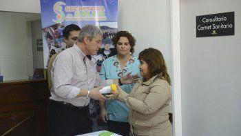 El secretario de Salud Carlos Catalá, encabezó ayer la entrega de 25 pares de anteojos recetados a niños y adultos.