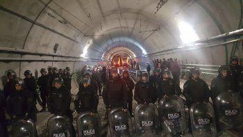El Gobierno de la Ciudad de Buenos Aires ejecutó un amplio operativo en la estación de la Línea H para que los trabajadores den marcha atrás en su reclamo.