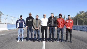 Pilotos, dirigentes y funcionarios durante la presentación de la quinta fecha del Super TC2000 que se correrá en el óvalo de Rafaela.