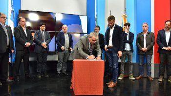 El ministro coordinador de Gabinete del Gobierno del Chubut, Marcial Paz, durante la firma del acuerdo con Radio y Televisión Argentina Sociedad del Estado (RTA).