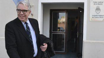 El contralmirante David Fabián Burden, responsable de la Dirección General de la Armada, se retira del Juzgado Federal de Caleta Olivia, donde prestó declaración testimonial por casi tres horas.
