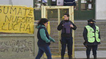 La Policía levantó la toma de la Escuela 83 después de recibir una orden judicial de liberar el establecimiento para garantizar su acceso.