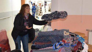 La directora de la institución, Elsa Godoy, se ocupaba de acopiar frazadas y sábanas que hoy se enviarán a un lavadero.