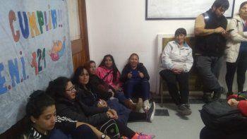 porteros se instalaron en el edificio de supervision de escuelas y esperan respuestas