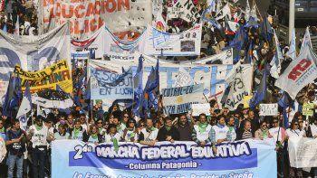 Miles de docentes de todo el país se concentraron ayer en Buenos Aires para protestar contra las medidas de ajuste.