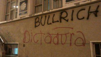 Pintadas y manifestaciones en el Huergo por la visita de Bullrich