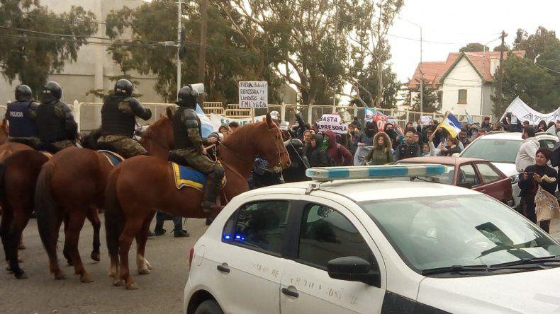 Estatales se manifestaron en la ruta, frente al Huergo