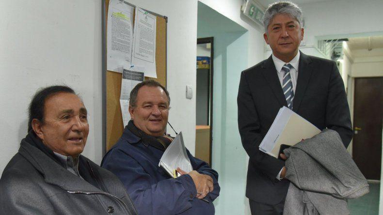 Julio Miranda –izquierda– llegó temprano al Juzgado Federal de Caleta Olivia acompañado por sus abogados.