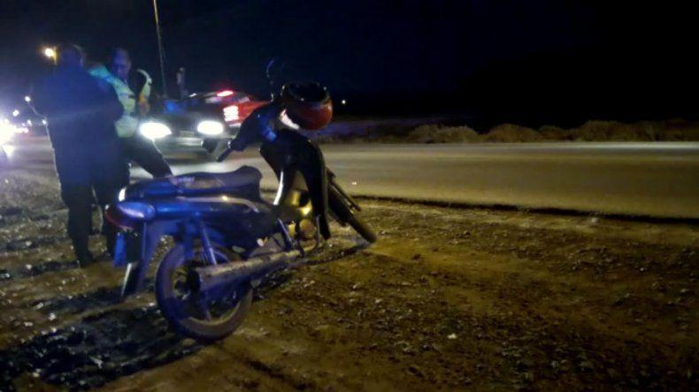 Un motociclista fue embestido por un utilitario en el Camino del Centenario