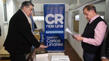 El intendente Carlos Linares le toma juramento a Leopoldo Puricelli.