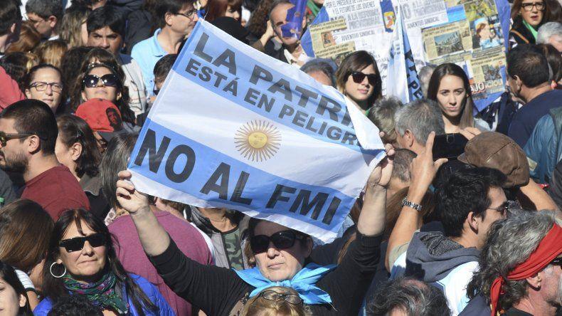 Masivo acto en el obelisco  por  el 25 de Mayo con críticas al FMI