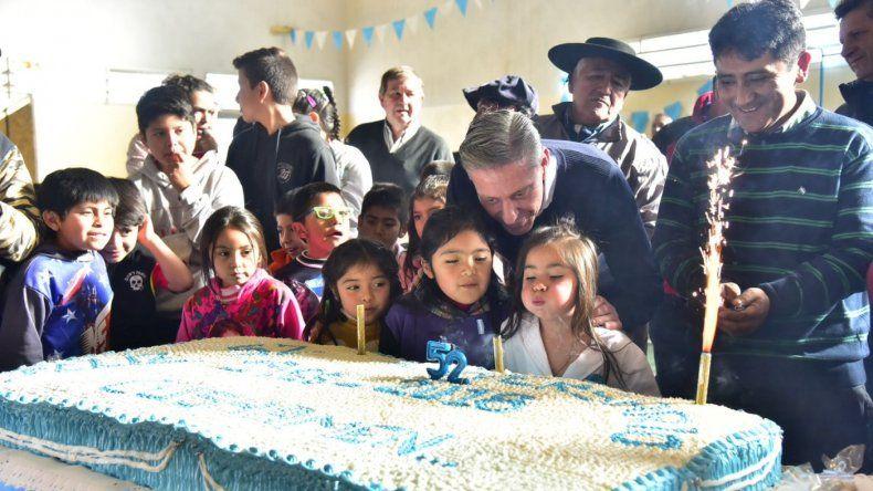 El gobernador celebró el 25 de Mayo en Cushamen que cumplió años