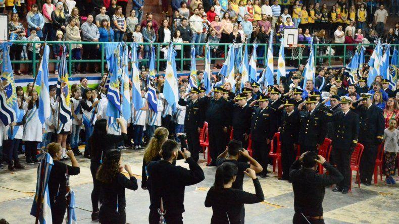 Un marco imponente de público y banderas presentó el viernes el complejo deportivo Ingeniero Knudsen de Caleta Olivia al celebrarse el 208° aniversario de la Revolución de Mayo.