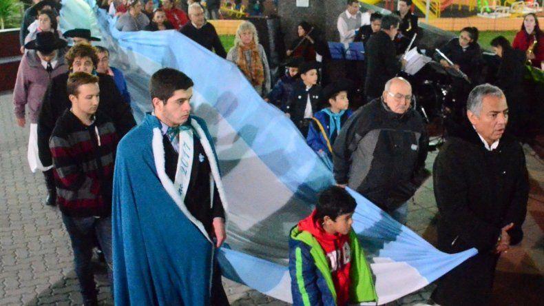Autoridades y vecinos de Cañadón Seco desplegaron una inmensa Bandera Nacional en los primeros minutos de la fecha patria.