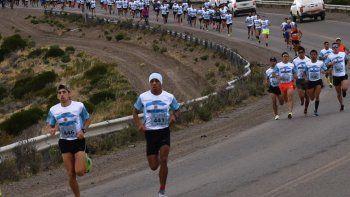 El comodorense David Rodríguez –en el centro de la fotografía– impuso un fuerte ritmo desde el comienzo de la prueba y gano pr cuarta vez la tradicional corrida Día de la Patria.