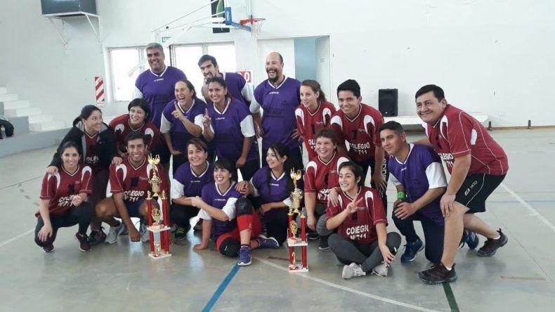 La escuela 743 –camiseta violeta– superó en la final a 711 y se quedó con el Torneo de Vóley Integración.