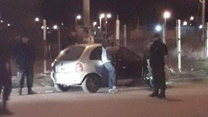 El Chevrolet Corsa en el que viajaba el policía Matías Catrimán. Con su arma reglamentaria la mujer que lo acompañaba efectuó disparos. El agente dijo que se peleó con uno del grupo del playón de las 194 que le rompieron de una pedrada la luneta.