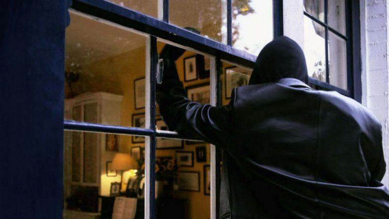 Llegó a su casa y se encontró con un ladrón adentro