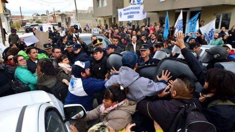 Incidentes en Puerto Madryn en un acto presidido por el gobernador Mariano Arcioni. Foto: Maxy Jonas.