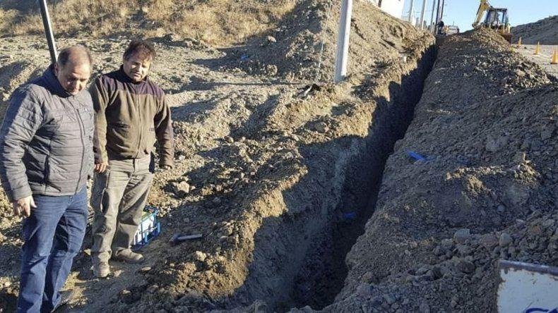 Ayer Linares recorrió una de las actuales obras encaradas por administración: la red de gas en el barrio Moure.