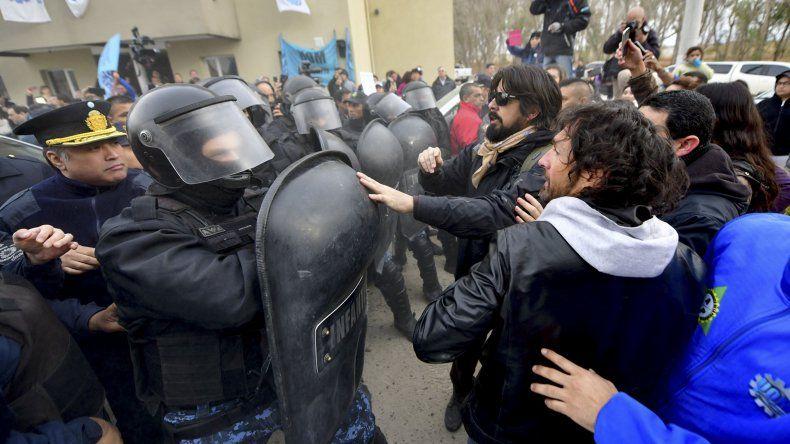 En Puerto Madryn el grupo de manifestantes que pretendió llegar hasta el gobernador