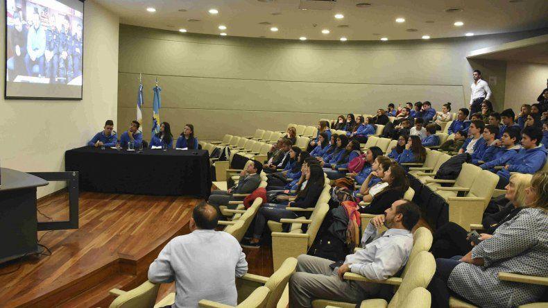En la Legislatura se realizó una teleconferencia entre los científicos de la Base Marambio y alumnos del Colegio Camwy de Gaiman.