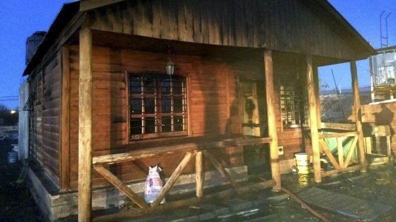 El incendio intencional dañó seriamente la casa de construcción prefabricada