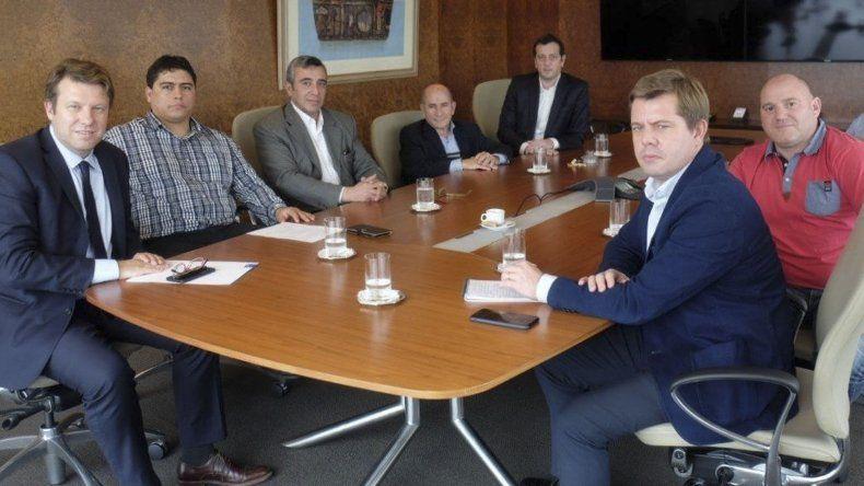 Dirigentes de los gremios petroleros encabezados por Claudio Vidal y José Llugdar