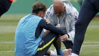El brasileño Neymar pidió asistencia médica y luego de ser revisado en su pie, continuó la práctica.
