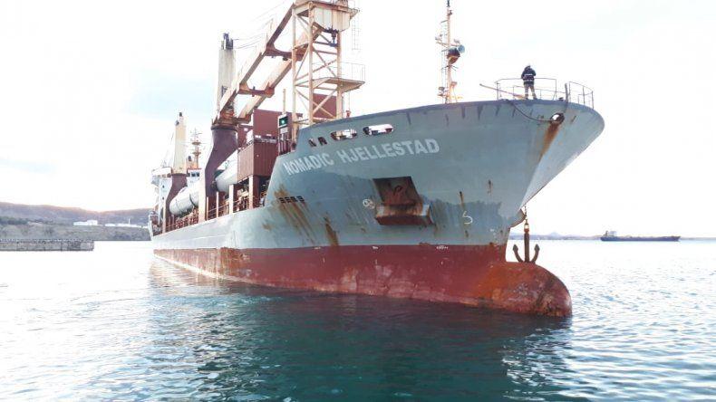 El buque Nomadic Hjellestad llegó el martes al puerto de Comodoro Rivadavia transportando nueve molinos para ampliar el parque eólico de Diadema.