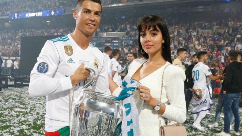 La novia de Cristiano Ronaldo, reveló por qué no sonríe en las fotos