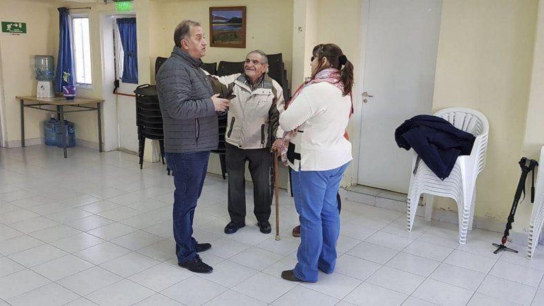 La visita del intendente Carlos Linares al Centro de Jubilados Oeste.