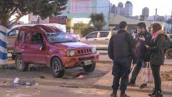 Tras ser impactada, la Suzuki Jimny chocó contra dos autos estacionados y terminó volcada.