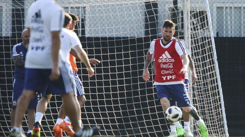 Messi junto al Kun Agüero y Di María llegaron a la práctica una hora antes de lo pactado.