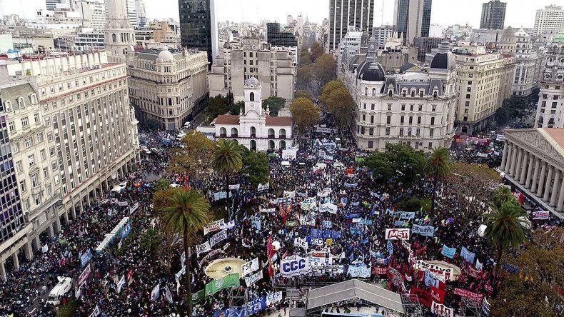 La Marcha Federal reunió ayer en Buenos Aires a miles de manifestantes que llegaron de diversos puntos del país para confluir en la Plaza de Mayo.