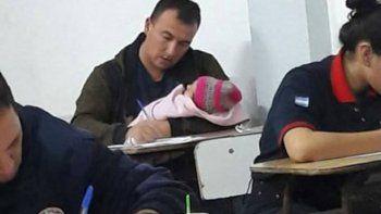La foto del bombero que rindió con su beba en brazos