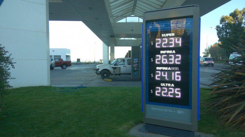 Los nuevos precios de los combustibles que exibía ayer la pizarra de una de las estaciones de servicio de bandera YPF.