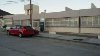 Desde el techo de una escuela apedrearon autos estacionados