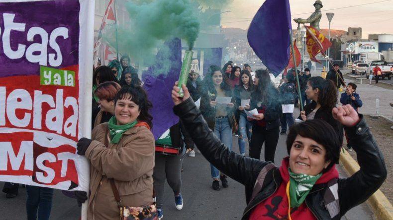 La marcha por Ni una Menos estuvo matizada por humo de bengalas de color verde que representa el apoyo a la despenalización del aborto.