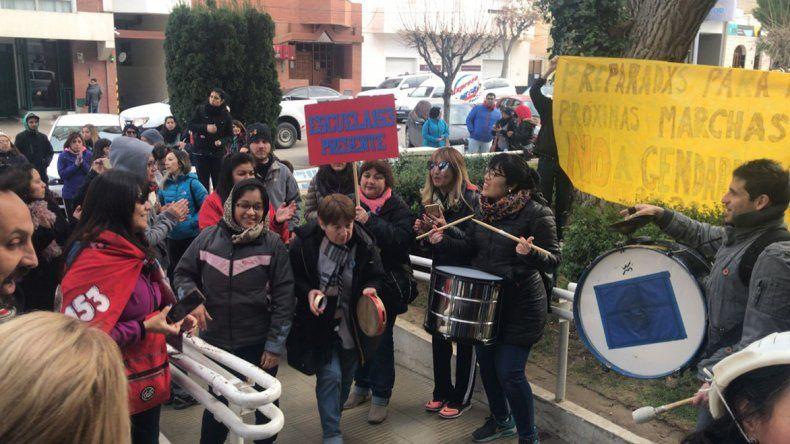 Los docentes se movilizaron ayer en repudio al fallo de la jueza de Familia