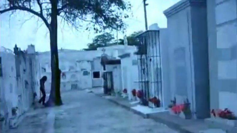 Captaron en video a fantasma de un cementerio