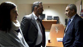 Previo al inicio de la audiencia, el capitán de navío Ernesto Blanco (derecha) dialogó informalmente con dos abogados querellantes que representan a las familias de los 44 submarinistas desaparecidos, Lorena Arias y Luis Tagliapietra.