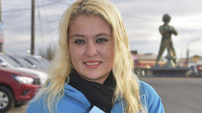 Alejandra Aparicio muestra la licencia que le otorgó la FAB