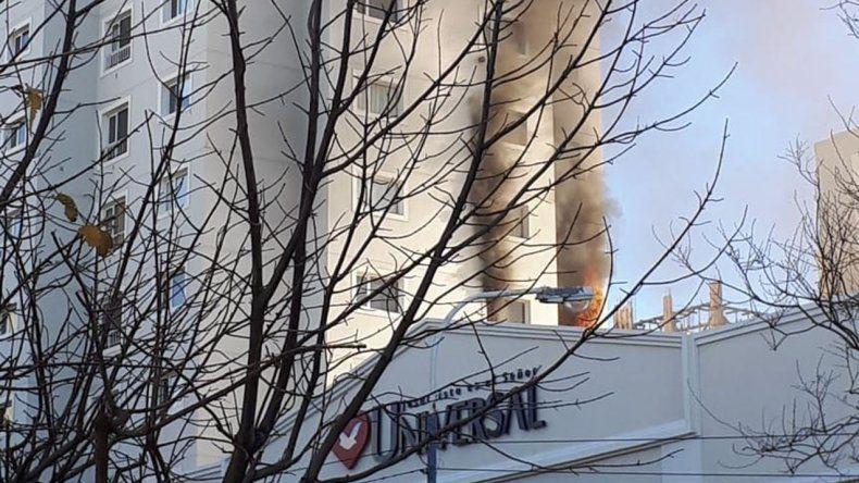 El incendio desatado en un cuarto piso se podía observar desde varias calles a la redonda.